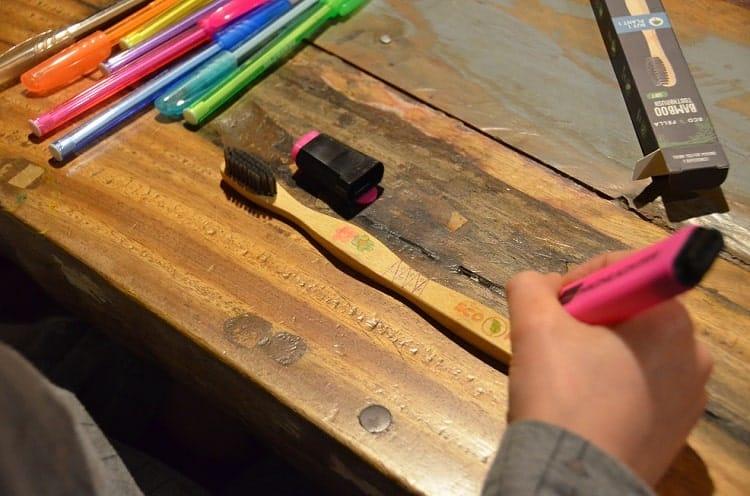 bamboe tandenborstel versieren met vilstiften.