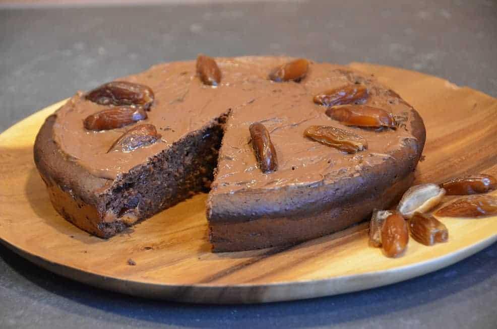 chocoladetaart met dadels en aardbeien. Snel en makkelijk te maken.
