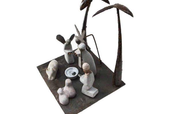kerststal gerecycled metaal en steen